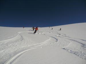 un peu d'peuf sur fond dur, quel régal de skier cette pente!