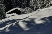 Un chalet sous la neige, photo de notre accompagnateur Yves Jacquemoud, pendant la Raq'Panoramique avec la Compagnie des Guides Saint-Gervais / Les Contamines