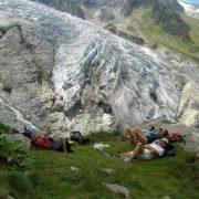 Repos face au glacier pendant le tour du mont-blanc