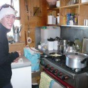 Manon dans sa cuisine au refuge Durier