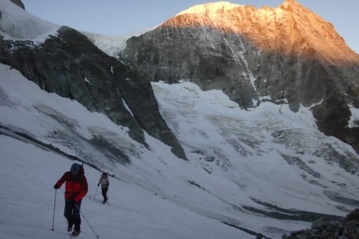 en montant au pigne d'Arolla sur fond de mont Blanc de Cheilon
