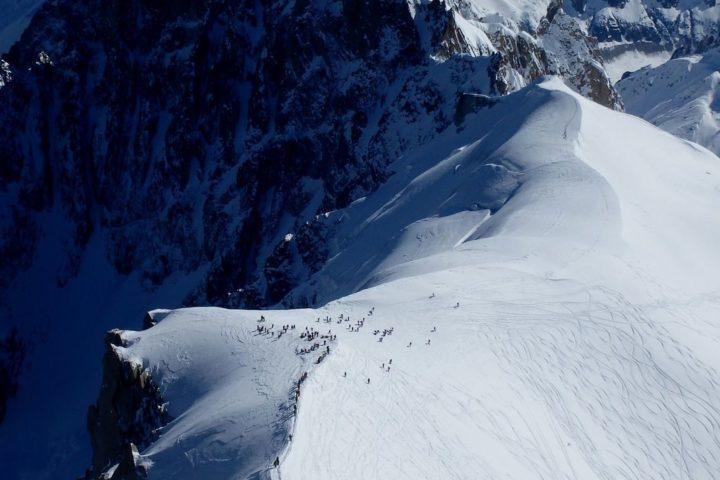 vue plongeante sur l'arête de l'aiguille du Midi au départ de la Vallée Blanche