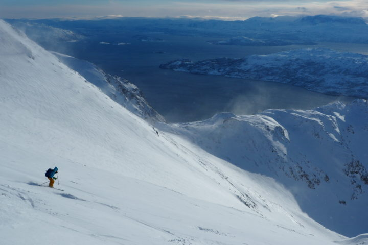grand ski dans les pentes sommital de l'Aibmadagaisa