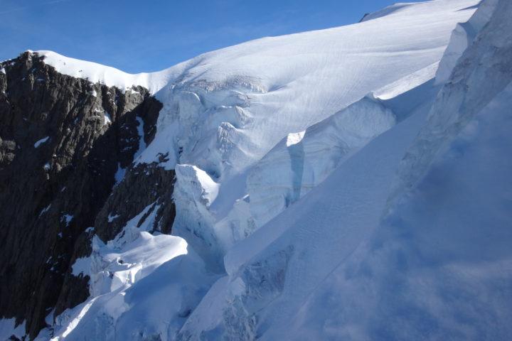 Les séracs menaçants l'accès à l' arête neigeuse