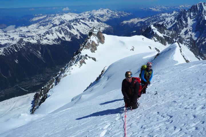 En route pour le sommet, au fond l'aiguille du Midi