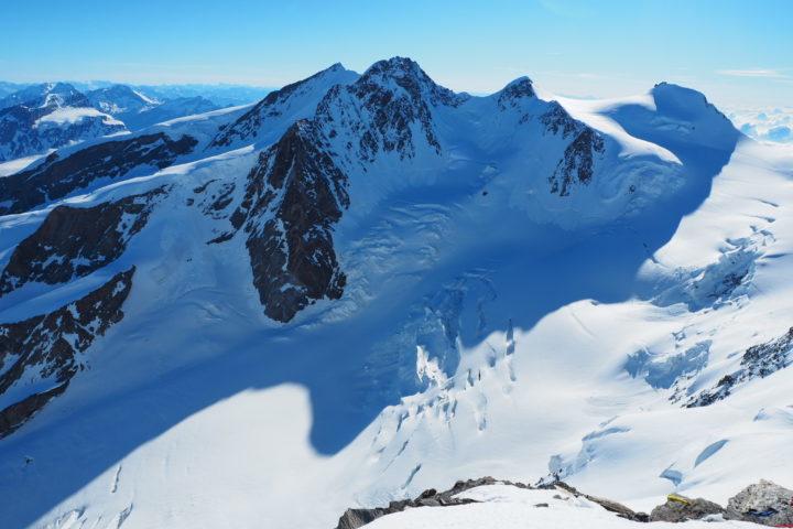 la traversée de la Dufourspitze suis les arêtes de gauche à droite