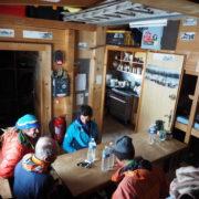l'intérieur rustique du refuge Durier