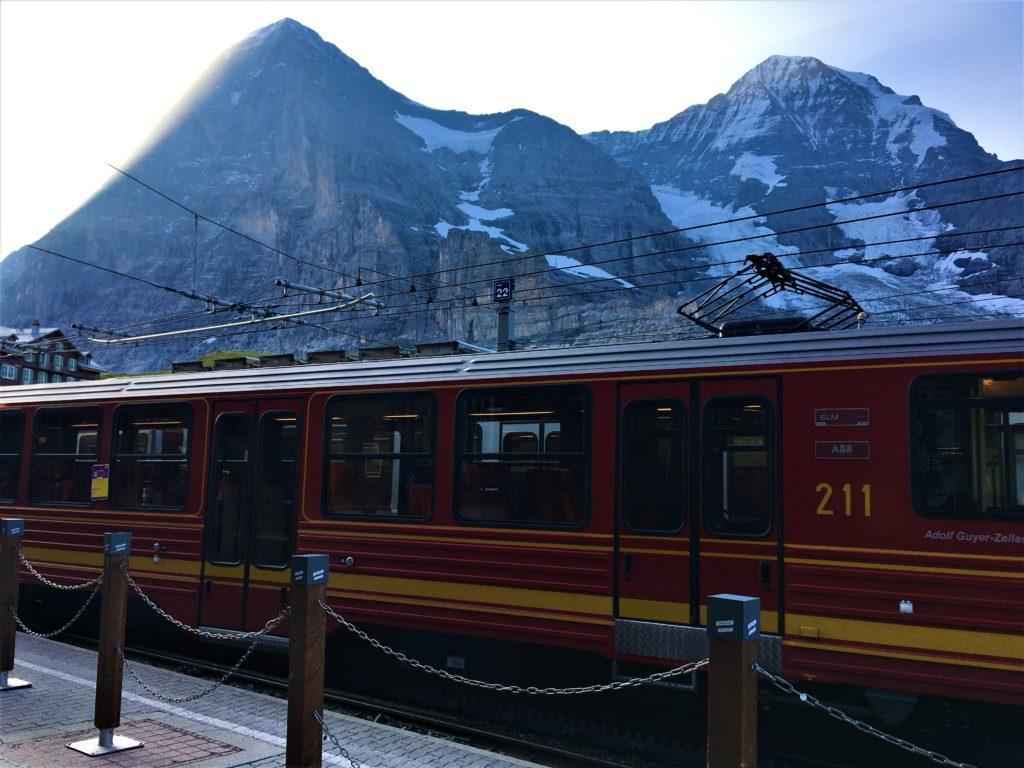 Train de la Jungfrau sur fond d'Eiger et de Mönch