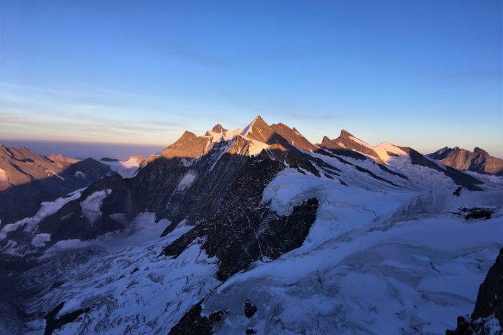 Toujours le coucher de soleil sur les sommets bordant e glacier d'Ischmeer
