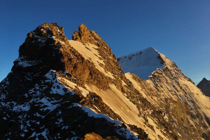 Nördliches Eigerjoch, 20h, coucher de soleil magnifique! Il nous reste encore un peu de grimpe avant de rejoindre le Südliches Eigerjoch et le glacier!