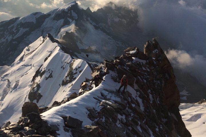 Sur l'arête non loin du sommet Risotto à Alagna Cresta Signal Mont-Rose