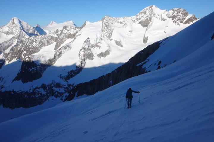 enfin de la lumière dans la montée sur la voie normale de l'Aletschhorn