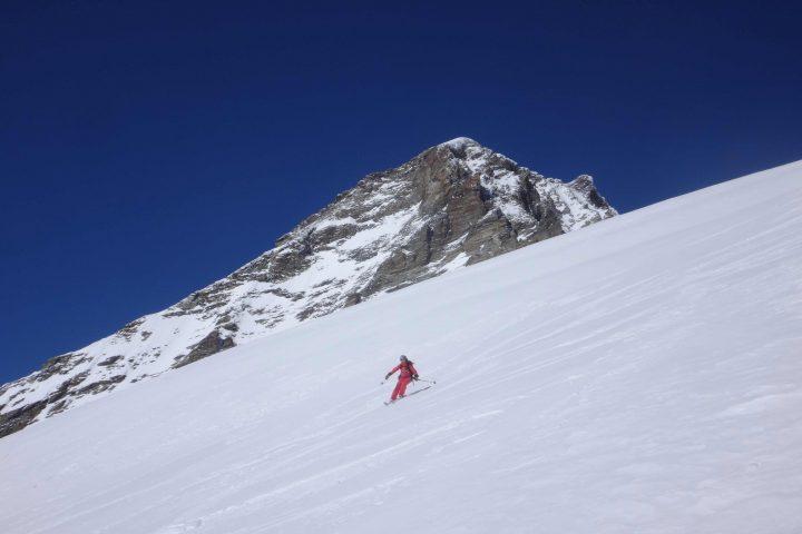 grand ski devant la dent d'hérens