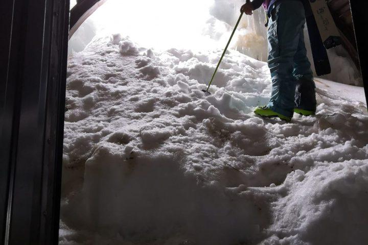 le tunnel de gletschertube fin de la haute route de l'oberland