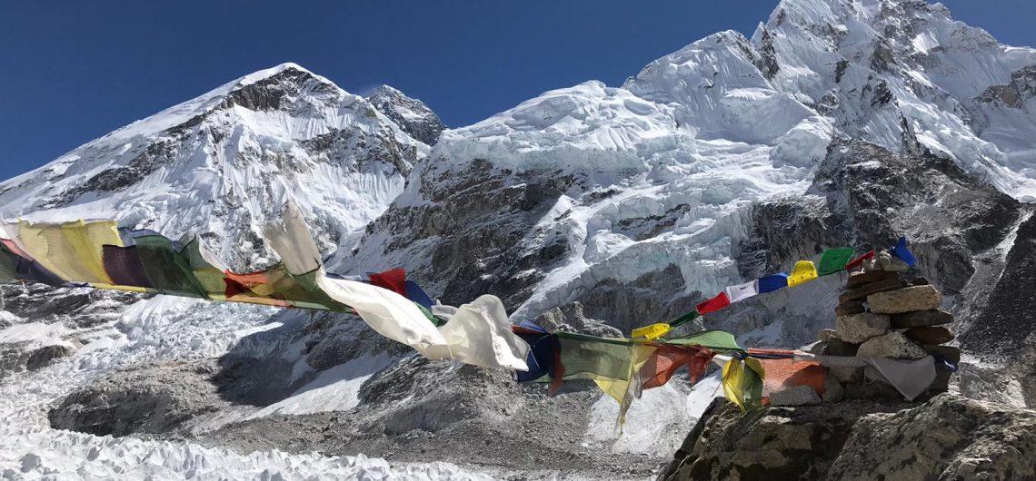 Everest au fond (8848m) et à droite, face ouest du Nuptse (7861m)
