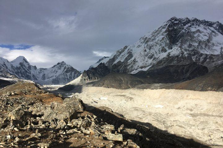 Immense glacier du Khumbu. Au fond le Lingtren et le Khumbutse.