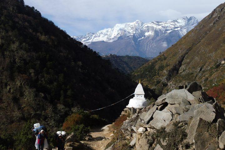 Stupa et porteurs après Tengboche (qu'on aperçoit sur la colline au fond)