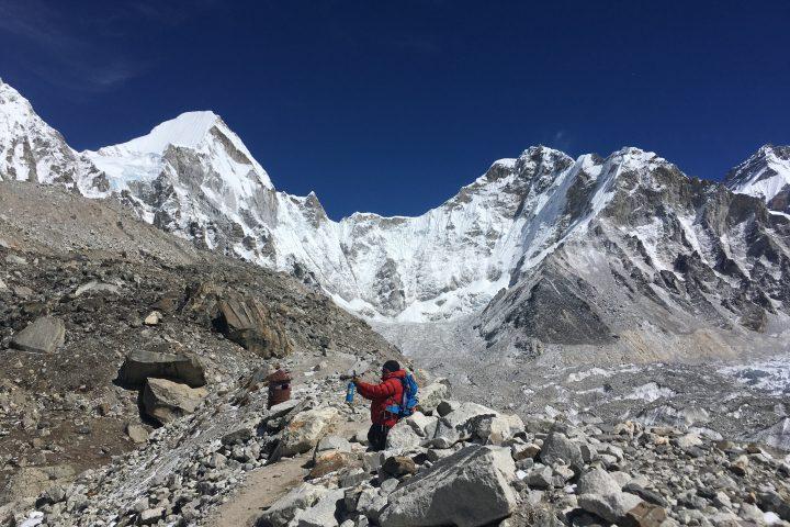 Bishal devant le Lingtren (6749m) et le Khumbutse (6640m)