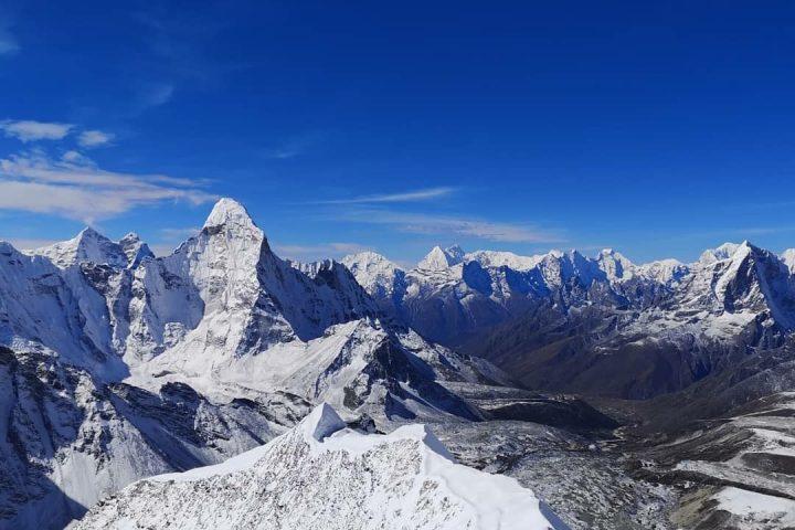 Sommet de l'Imja Tsé/Island Peak, sur fond d'Ama Dablam et de Taboche (à droite)