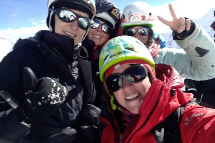 Equipe de filles au sommet de l'Imja Tsé/Island Peak, 6189m