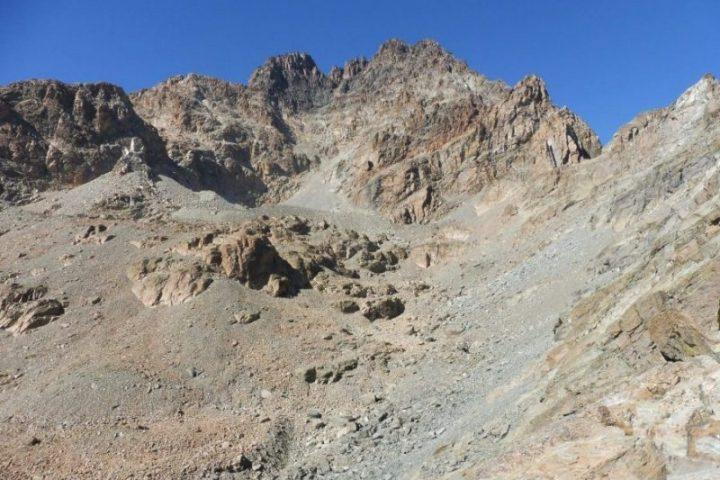 Voie normale du Viso, qui rejoint le sommet de l'arrête est (à droite)